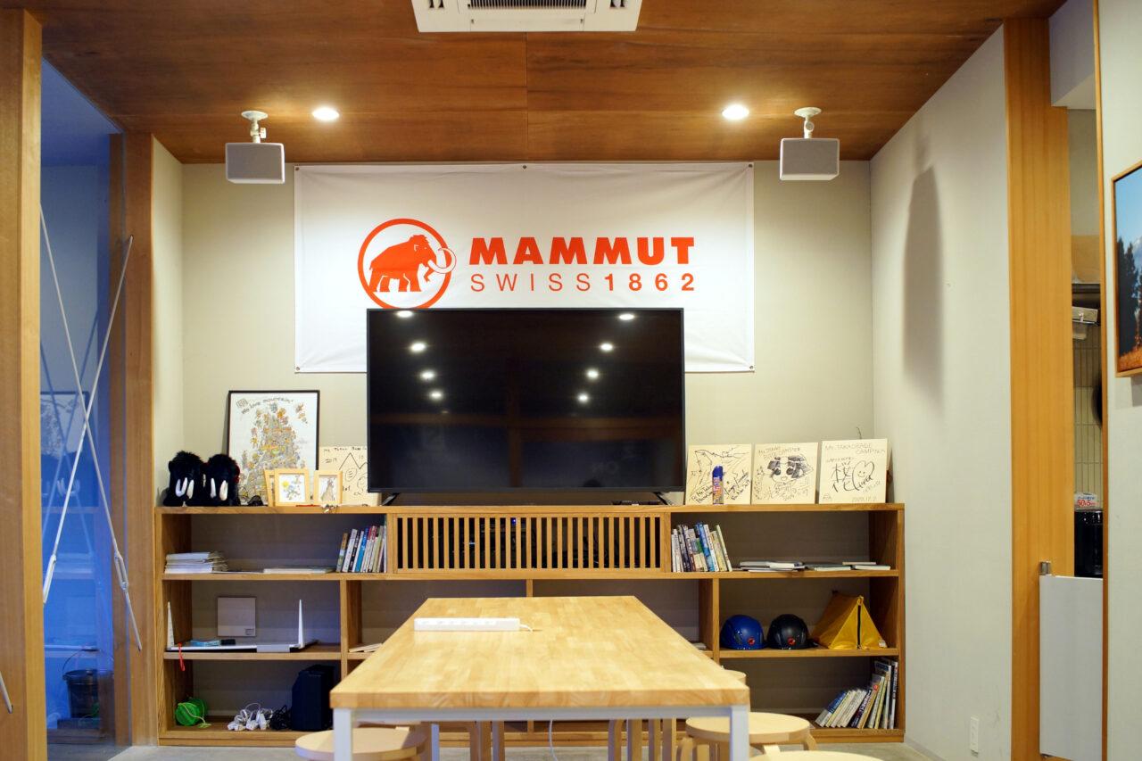 Mt.TAKAO BASE CAMPの大テーブルのモニター