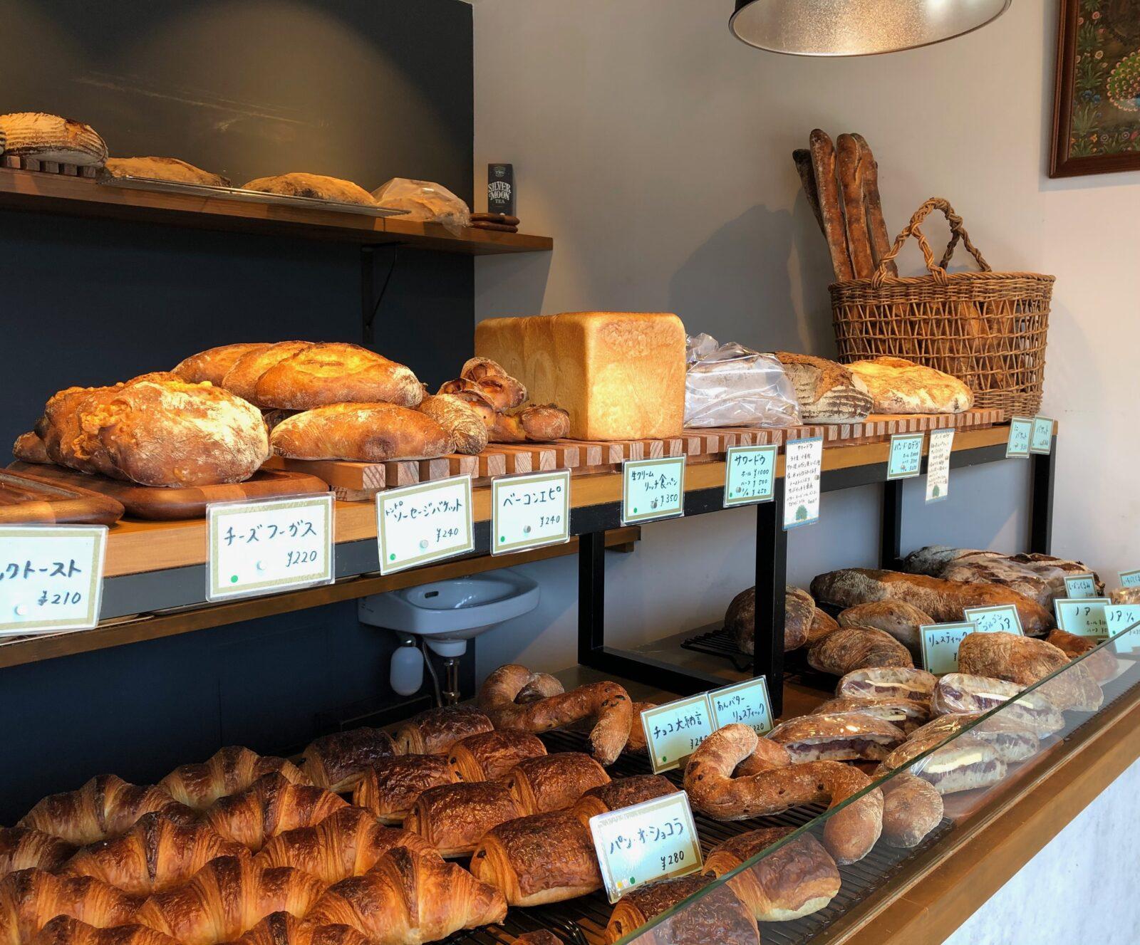 【東大和市】こだわりのハード系パンはハムやチーズと相性抜群「くじゃくベーカリー」