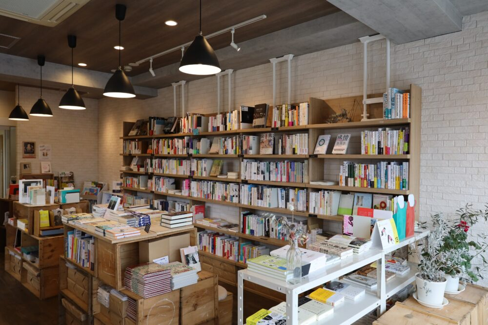 マルジナリア書店 本棚や平積みなどディスプレイにも工夫