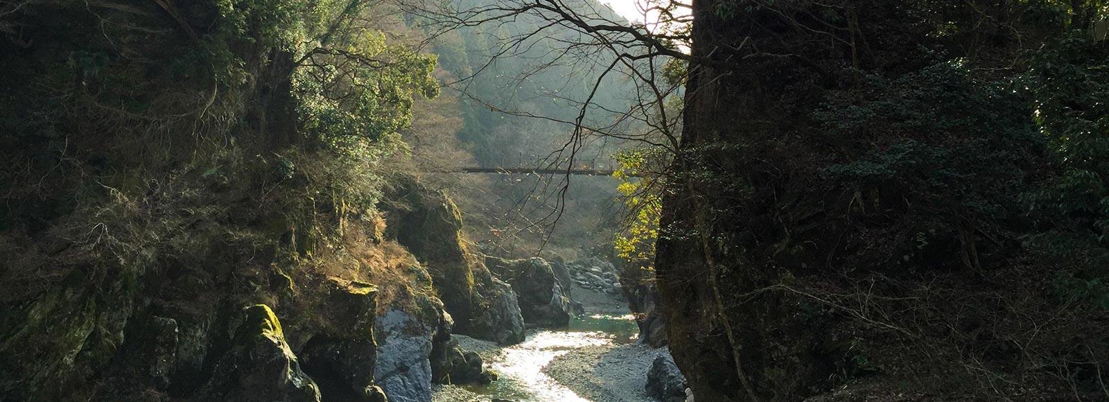 巨岩奇岩が連なる渓谷美を満喫